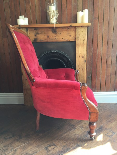 Antique buttoned chair in red velvet - side