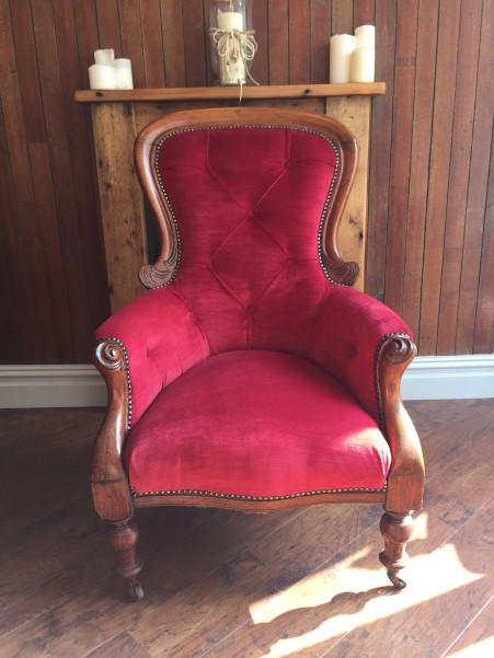 Antique buttoned chair in red velvet