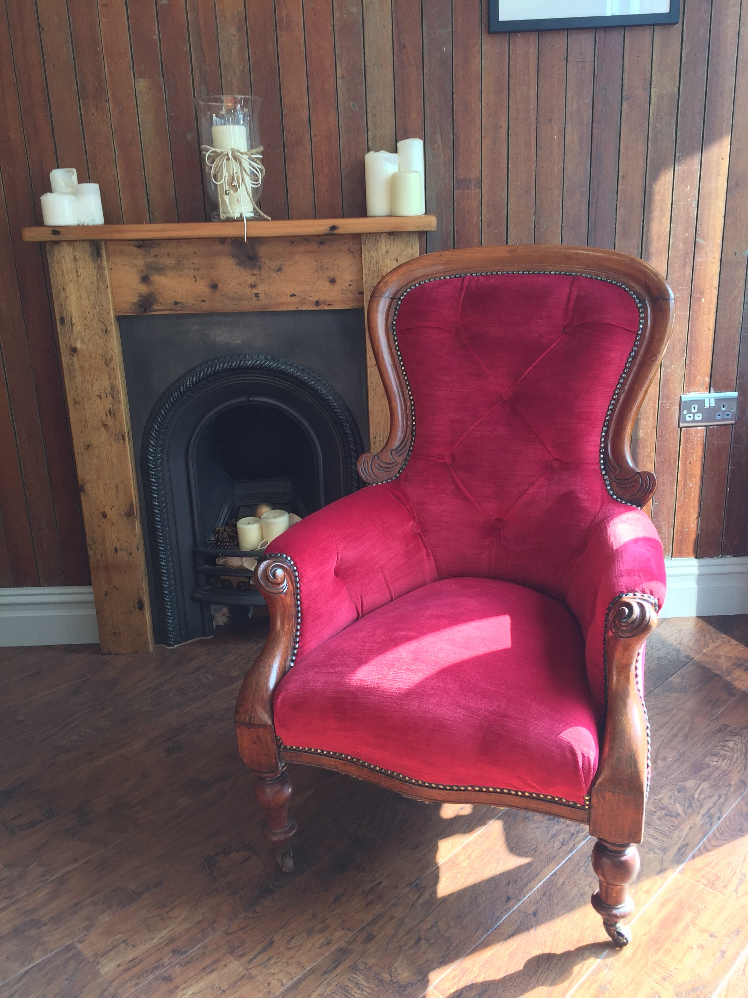 Antique buttoned chair in red velvet - front